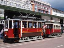 Triebwagen 53 mit Beiwagen 111 des Tiroler Localbahnmuseums im Zubringerdienst vom Hauptbahnhof zun den Tiroler Museumsbahnen. Digitalphoto; © Johann G. Mairhofer 2012.  Inv.-Nr. DSC03610