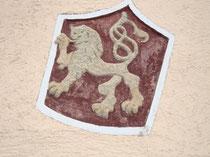 Wappen an der Westfassade vom LODRON'schen Hof (ehemals auch Pradler Bauerntheater) in Pradl, Egerdachstraße 11. Digitalphoto; © Johann G. Mairhofer 2013.  Inv.-Nr. DSC06203
