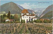 Weingüter beim Ansitz Rundegg in der Schennastraße 2 in Obermais (Ansitzerhebung 1625). Photochromdruck 9 x 14 cm; Impressum: Gerstenberger& Müller, Bozen um 1905.  Inv.-Nr. vu914pcd00056