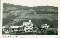 Pfarrkirche zum Hl. Ulrich von Augsburg und Gasthof ZUM BRÄU in Kirchberg in Tirol. Gelatinesilberabzug 9 x 14 cm ohne Impressum, um 1940. Inv.-Nr. vu914gs01032
