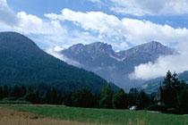 Dreifingerspitze und Piz da Peres (inoffiziell als Olanger Dolomiten bezeichnet) in den Pragser Dolomiten (Ostalpen AVE Nr. 52k) von Niederolang aus. Farbdiapositiv 24x36mm; © Johann G. Mairhofer 1998.  Inv-Nr.  dc135kn0239.02_25