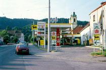 Tankstelle der AGIP (Azienda Generale Italiana Petroli), heute ENI (Ente Nazionale Idrocarburi), Leopoldstraße 66, Innsbruck-Wilten. Farbdiapositiv 24 x 36 mm; © Johann G. Mairhofer 1990.  Inv.-Nr. dc135kd5001.1_02