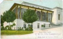 """Restaurant vom """"Grand Hotel Levico"""", U. M. Dirig(ierender). Arzt Dr. Otto Liermberger. Photochromdruck 9 x 14 cm ohne Impressum; postalisch befördert 1907.  Inv.-Nr. vu914pcd00138"""