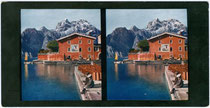 Hafenmole in Torbole mit Blick auf den Monte Oro westlich von Riva. Farbautotypien für Stereobetrachtung 9x17cm; Verlag F.Ph.G. ohne Ortsangabe um 1910.  Inv.-Nr. vu918STfat00001a
