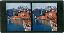 Hafenmole in Torbole mit Blick auf den Monte Oro westlich von Riva. Farbautotypien für Stereobetrachtung 9 x 17 cm; Verlag F.Ph.G. ohne Ortsangabe um 1910.  Inv.-Nr. vu918STfat00001a