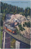 Triebwagengarnitur der Stubaitalbahn in Fahrtrichtung Fulpmes auf altem Mühlgrabenviadukt (2017 durch Neukonstruktion mit größerem Kurvenradius ersetzt worden). Photochromdruck 9 x14 cm; K. Redlich, Innsbruck 1920.  Inv.-Nr. vu914pcd00379