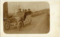 Ausfahrt einer Herrenrunde in einem Doppel-Phaeton der Zürcher Turicum AG (1904-1914) von 1907 oder 1908. Gelatinesilberabzug 9 x 14 cm ohne Impressum, daher wohl Amateuraufnahme.  Inv.-Nr. vu914gs01156