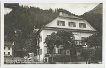 Gasthof POST in Elbigenalp, ehem. Quartier der Königin Maria von Bayern. Gelatinesilberabzug 9x14cm; L. Pfleghaar, Sonthofen im bayer. Allgäu; postalisch gelaufen 1928. Inv.-Nr. vu914gs00336