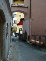 Schwibbogen über einem Durchgang von der Hinterstadt und der Vorderstadt mit dem Geschäftslokal von Uhrmacher Schroll in Kitzbühel. Digitalphoto; © Johann G. Mairhofer 2015.  Inv.-Nr. 2DSC03056