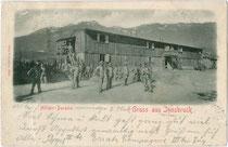 Zweigeschoßige Militärbaracke in Holzbauweise wohl im Osten von Innsbruck errichtet worden. Lichtdruck 9 x 14 cm; Aufnahme und Verlag: Otto Schuricht, Hall in Tirol; postalisch befördert 1901.  Inv.-Nr. vu914ld00205