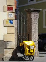 Einachsiger Handwagen mit Stützrädern für Briefzusteller der Österreichischen Post AG im Einsatz in der Inneren Stadt, Dreiheiligenstraße 1, Innsbruck. Digitalphoto; © Johann G. Mairhofer 2012.  Inv.-Nr. 1DSC04788