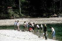 Wanderer bei Abkühlung der Füße im Hintersteiner See, Gemeinde Scheffau am Wilden Kaiser, Bezirk Kufstein, Tirol. Farbdiapositiv 24 x 36 mm; © Johann G. Mairhofer 1982.