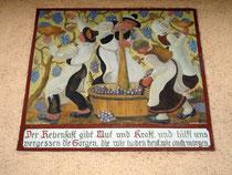 """Weinlese in Südtirol. Wandmalerei mit Sinnspruch von E. Recheis 1937 an der Seitenfassade vom Gasthof """"Tengler"""" in Innsbruck-Hötting, Höttinger Au 60. Digitalphoto; © Johann G. Mairhofer 2016.  Inv.-Nr. 2DSC03915"""
