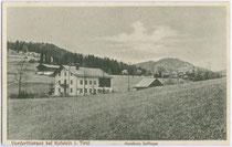 Ehemalige Gemischtwarenhandlung Juffinger in Vorderthiersee, Gemeinde Thiersee, Bezirk Kufstein, Tirol um 1910. Lichtdruck 9 x 14 cm; Impressum: Kunst- und Verlagsanstalt Karl Richter, München.  Inv.-Nr. vu914ld00058