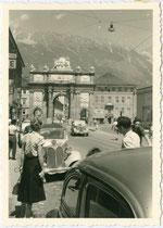 Innsbrucker Triumphpforte und Nordkette von der Leopoldstraße aus, am Parkstreifen ein BMW der 30er Jahre. Gelatinesilberabzug 7 x 10 cm ohne Impressum (Amateuraufnahme) um 1955.  Inv.-Nr. vu710gs00005