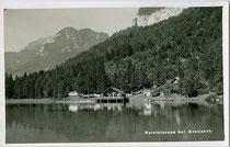 Gastronomie und Bootsverleih am Nordufer vom Reintalersee, Gemeinde Kramsach, Bezirk Kufstein, Tirol. Gelatinesilberabzug 9 x 14 cm; Impressum: Ad(olf). Künz, Innsbruck, Anichstraße 32, um 1935.  Inv.-Nr. vu914gs00735