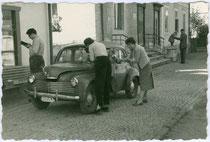 Viertürige Limousine Renault 4CV (Produktionszeitraum 1946-1961) mit 740ccm 4-Zylinder-Reihenmotor in einer Wohnhausanlage in Lienz, Tirol. Gelatinesilberabzug 6 x 9 cm, Amateuraufnahme 1956.  Inv.-Nr. vu609gs00032