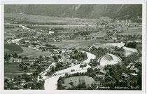 Kramsacher Lände der Brandenberger Holztrift mit Triftrechen und Holzsortieranlage. Gelatinesilberabzug 9 x 14 cm; Impressum: Seissl, Kufstein um 1935.  Inv.-Nr. vu914gs00761