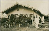 Alter Pfarrhof in der Pfarrgasse Nr. 4 in Wörgl, Bezirk Kufstein, Tirol vor Errichtung des Neubaus im Jahr 1904. Gelatinesilberabzug 9 x 14 cm ohne Impressum.  Inv.-Nr. vu914gs01119