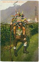Respekt einflößend gewandeter und mit Schlagstock bewaffneter Saltner (Weinhüter) in Dorf Tirol bei Meran, Südtirol. Photochromdruck 9 x 14 cm; Impressum: Lorenz Fränzl, Bozen um 1910.  Inv.-Nr. vu914pcd00147