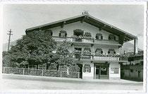 """Gasthof """"Aufinger - Metzgerwirt"""" mit Metzgerei - Selcherei Hans Schipflinger in Wörgl, Innsbrucker Straße 3. Gelatinesilberabzug 9 x 14 cm ohne Impresum um 1950.  Inv.-Nr.  vu914gs00664"""