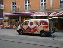 """Anlieferung von Konditoreiwaren für das Café """"Theresia"""" der Konditorei Gebr. Murauer in Innsbruck, Maria-Theresien-Straße 49 gegenüber der Servitenkirche. Digitalphoto; © Johann G. Mairhofer 2012. Inv.-Nr. 1DSC04473"""