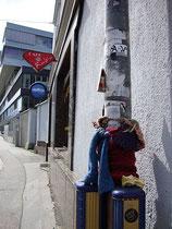 Mit Strickwerk eingewickelter Laternenmast (Guerilla Knitting) beim Café RUBIN in Innsbruck, Innere Stadt, Dreiheiligenstraße 8 (Eingang: Ing.-Etzel-Straße). Digitalphoto; © Johann G. Mairhofer 2012.  Inv.-Nr. DSC04399