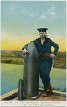 Marinesoldat der k.u.k. Kriegsmarine mit deutschen 38, 1 cm und 9 cm Geschoßen. Kombinationsfarbdruck 9 x 14 cm; Ausgabe des Kriegsfürsorgeamtes, Wien IX. vu914kfd00048