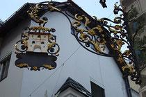 """Wirtsschild vom ehemaligen Gasthaus """"Absamer Tor"""", Wallpachgasse 2 in Hall in Tirol, Bezirk Innsbruck-Land. Digitalphoto; © Johann G. Mairhofer 2010. Inv.-Nr. 1DSC01263"""