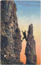 Felsklettern mit Seilsicherung an einem der 15 Felszähne der Kalkkögel in den Stubaier Alpen, Tirol. Photochromdruck 9 x 14 cm; Impressum: Robert Warger, Innsbruck 1912.  Inv.-Nr. vu914pcd00335
