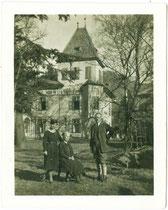 """""""Aufnahme von der Villa Defregger in Bozen (Mutter - Vater – Hanni). Bozen 7. April 1929"""" (rückseitig handschriftlich bezeichnet). Gelatinesilberabzug ca. 7 x 8 cm (Amateuraufnahme).  Inv.-Nr. vu710gs00004"""