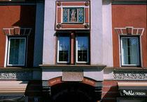 Fassadenerker vom WELSBERG-SCHLÖSSL (ehemals zum Ansitz LIEBENEGG daneben gehörig), lange Zeit der Gasthof OBERRAUCH, Leopoldstraße 35. Farbdiapositiv 24 x 36 mm; © Johann G. Mairhofer 1998.  Inv.-Nr. dc135fuRA679.1_22