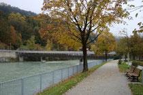Überdachter Hans-Psenner-Steg (vorm. Weiherburgsteg) in Innsbruck für Fußgänger- und Radfahrer zwischen Franz-Greiter-Promenade (Aufnahmestandort) und Innstraße. Digitalphoto; © Johann G. Mairhofer 2015.  Inv.-Nr. 2DSC03496