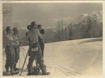 Filmstab bei nicht bezeichneten Dreharbeiten in winterlicher Berglandschaft. Gelatinesilberabzug 9 x 12 cm ohne Impressum (wohl Amateuraufnahme).  Inv.-Nr. vu912gs00020