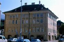 Ansitz LIEBENEGG in Wilten, Liebeneggstraße 2, Innsbruck; Fassade zum Wiltener Platzl; Farbdiapositiv 24x36mm; © Johann G. Mairhofer 1998.  Inv.-Nr. dc135fuRA679.1_26