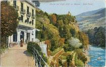 "Beginn der Gilfpromenade beim Café ""Gilf"" an der Passer in Meran im Burggrafenamt, Südtirol. Photochromdruck 9 x 14 cm; Impressum: Joh(ann). F(ilibert). Amonn, Bozen 1909.  Inv.-Nr. vu914pcd00104"