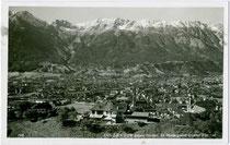 """Ehemaliger Ausflugsgasthof """"Buchhof"""" am Berg Isel auf dem Bergrücken am Ende vom Auslauf der Berg-Isel-Schanze mit Nordkette. Gelatinesilberabzug 9 x 14 cm; Impressum: Wilhelm Stempfle, Innsbruck um 1935.  Inv.-Nr. vu914gs00733"""