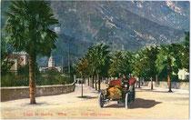 Automobil der Bauart PHAETON unterwegs in der Viale della stazione (Bahnhofstraße) in Riva. Photochromdruck 9 x 14 cm; Impressum: L. Farina, Riva (Aufnahme); Paul Bender, Zürich (Verlag) um 1910.  Inv.-Nr. vu914pcd00237