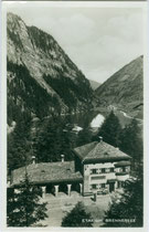 """Das 1920 im Heimatstil errichtete Aufnahmsgebäude der Station """"Brennersee"""" der Brennerbahn (inzwischen aufgelassen, heute denkmalgeschützt). Gelatinesilberabzug 9 x 14 cm; Impressum: Karl Redlich, Innsbruck; postalisch befördert 1941.  Inv. vu914gs01161"""