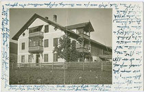 Bauernhof mit mit giebelseitigem Balkon über Glasveranda und traufseitig Veranda in Ober- und Dachgeschoß wohl in Schönberg im Stubaital. Gelatinesilberabzug 9 x 14 cm; ohne Impressum, um 1930.  Inv.-Nr. vu914gs00737