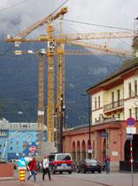 Turmdrehkräne zur Errichtung des sog. PEMA-Turms der Pema Immobilien GmbH in der Brunecker Straße Ecke Museumstraße in Innsbruck-Innere Stadt. Digitalphoto; © Johann G. Mairbofer 2011.  Inv.-Nr. 1DSC01620
