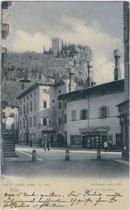 """Piazza col Municipio"" - Rathaus im Palazzo Marchetti in Arco (Alto Garda e Ledro). Lichtdruck 9 x 14 cm; Impressum: Joh(ann). F(ilibert). Amonn, Bozen 1905.  Inv.-Nr. vu914ld00006"