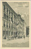 Ankunft eines Automobilisten beim Gasthof SAILER in Innsbruck, Adamgasse 8, Innsbruck um 1920. Lichtdruck 9x14cm. K(arl). Redlich, Innsbruck.  Inv.-Nr. vu914ld00044