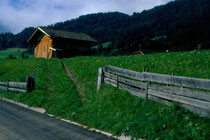 Stadel in der Länge in Niederolang. Farbdiapositiv 24x36mm; © Johann G. Mairhofer 1998.  Inv-Nr. dc135kn0239.02_10