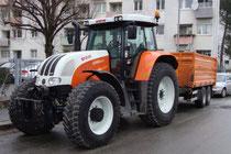 Traktor Steyr 6160 CVT (Markteinführung 2009) mit zweiachsigem Kippanhänger in Kommunalausführung und -lackierung abgestellt in der Radetzkystraße in Innsbruck-Reichenau. Digitalphoto; © Johann G. Mairhofer 2012.  Inv.-Nr. 1DSC05600