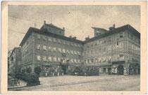 """Palais Pock – bis 1928 Hotel """"zur Kaiserkrone"""" in Bozen, Mustergasse 1-3. Ab 1805 mit erstem Bozner Theater über 69 Spielzeiten (heute u.a. Sitz der Prader Bank). Autotypie 9 x 14 cm ohne Impressum um 1935.  Inv.-Nr. vu914at00007"""
