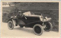 """Junger Mann mit """"Schiebermütze"""" in einem zweisitzigen Sportwagen der Bauart """"Torpedo"""" (E = für Bundesland Tirol am Kfz-Kennzeichen) um 1930. Gelatinesilberabzug 9 x 14 cm; ohne Impressum um 1930.  Inv.-Nr. vu914gs00016"""