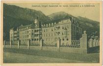 Im Neobarock 1909 errichtetes Sanatorium der Kreuzschwestern an der ehem. Kettenbrücke im Saggen, Stadtgemeinde Innsbruck, Tirol. Heliogravüre 9 x 14 cm; Impressum: Karl Redlich, Innsbruck; postalisch befördert 1911.  Inv.-Nr. vu914hg00057