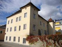Ansitz LEOPARDISCHLÖSSL von Südosten, mit Zubauten heute Schülerheim des Tiroler Bauernbundes in Innsbruck-Pradl, Gabelsbergerstra0e 3 (ex Egerdachstraße 13). Digitalphoto; © Johann G. Mairhofer 2011.  Inv.-Nr. DSC02370
