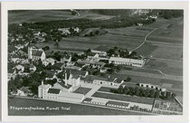 Areal der ehem. Kundler Brauerei (gegr. 1658, danach wechselnde Besitzer, eingestellt 1949) im Ansitz Hocholtingen, heute der Sandoz GmbH in Kundl zugehörig. Gelatinesilberabzug 9 x 14 cm; Luftaufnahme von 1937.  Inv.-Nr. vu914gs00410